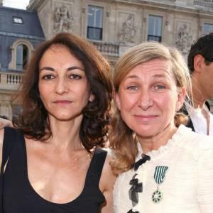 Odile Gilbert en compagnie de Nathalie Rykiel lors de sa remise des insignes de Chevalier des Arts et des Lettres.
