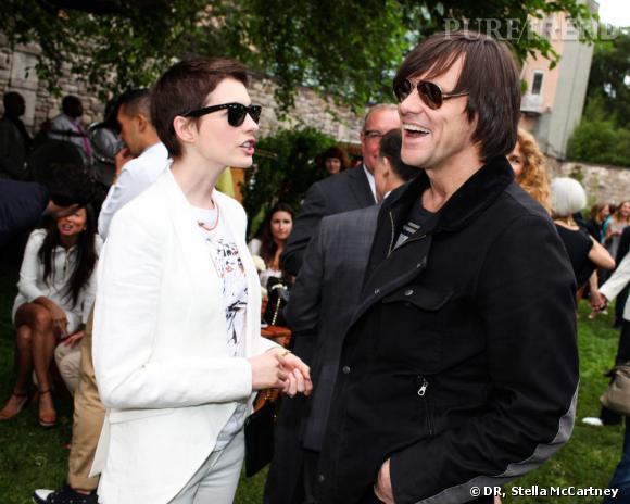 Anne Hathaway et Jim Carrey lors de la garden party Stella McCartney organisée pour célébrer la collection Resort 2013 à New York.
