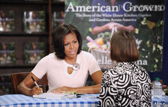 """Michelle Obama en séance de dédicaces pour son livre """"American Grown"""" à Washington."""