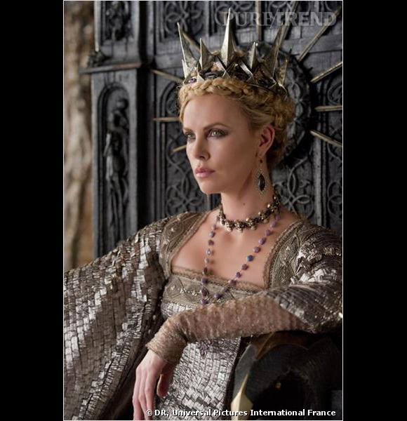 D'un côté, une reine cruelle à la beauté envoutante...