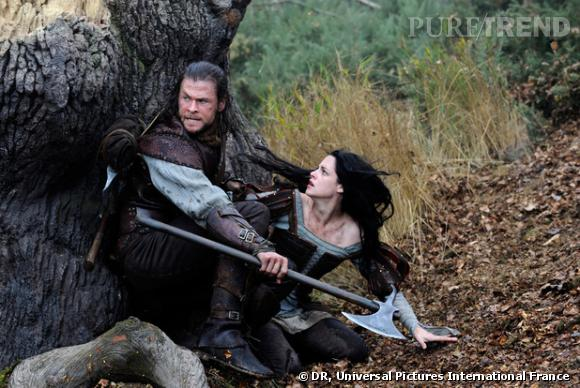 Et tandis que le Chasseur protège Blanche Neige au péril de sa vie...
