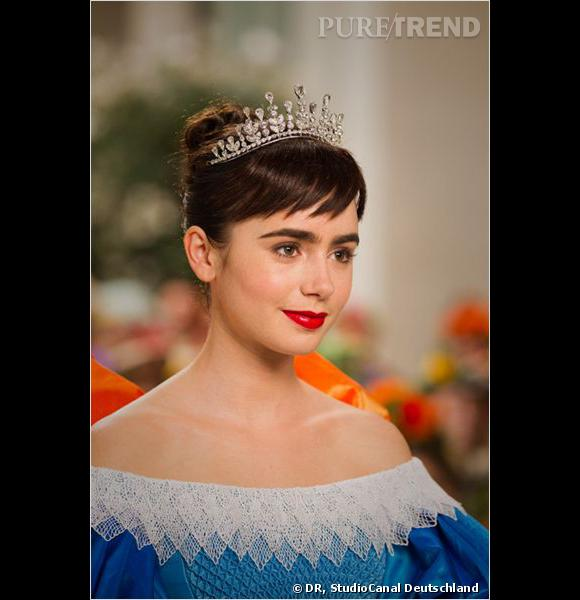 Pas de doute, Lily Collins incarne parfaitement Blanche-Neige : peau de porcelaine, cheveux d'ébène et bouche rouge sang.