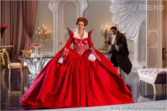 De l'autre, une reine à l'humour noire et aux tenues extravagantes.