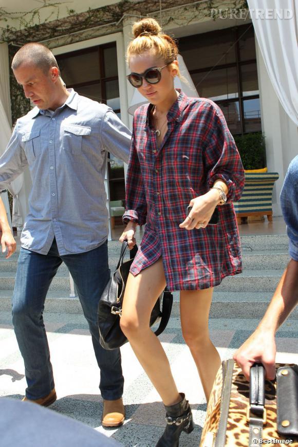 Miley Cyrus se dénude de plus en plus. Ce jour là, elle zappe le pantalon. On parie qu'elle n'a pas non plus de soutien-gorge ?