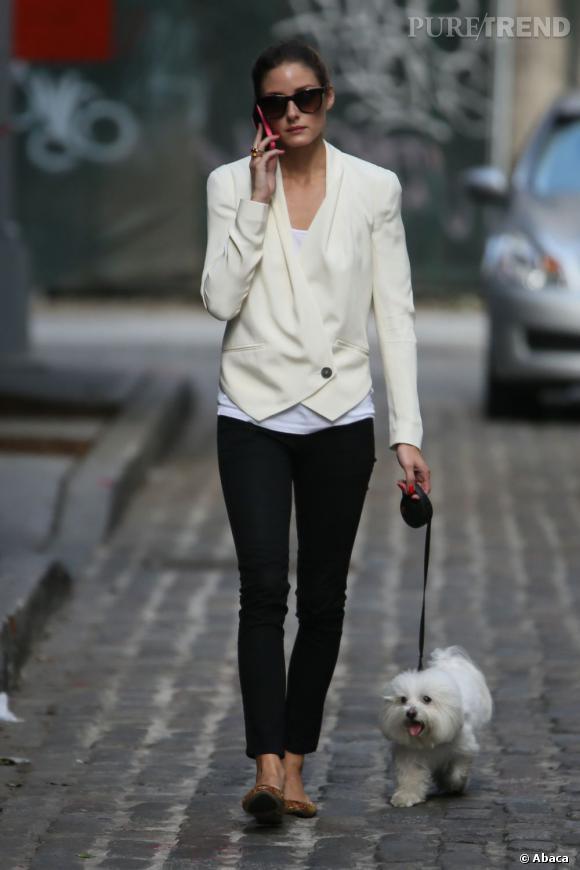 Elle fait gagner sa tenue en style en un coup de baguette magique avec une veste à la coupe moderne.