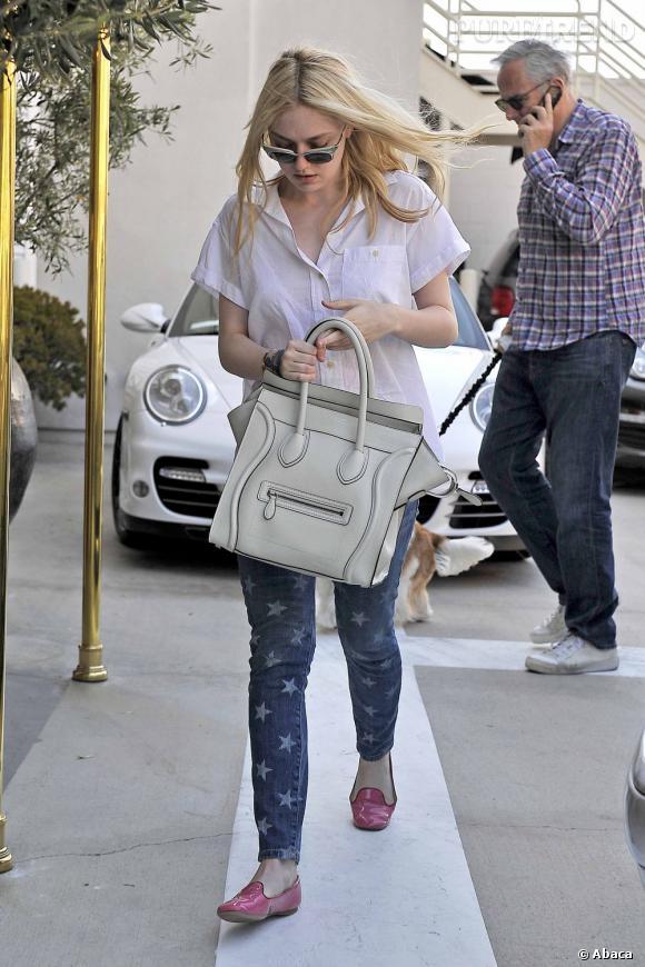 Dakota Fanning, un look zéro faute dans les rues de Los Angeles.