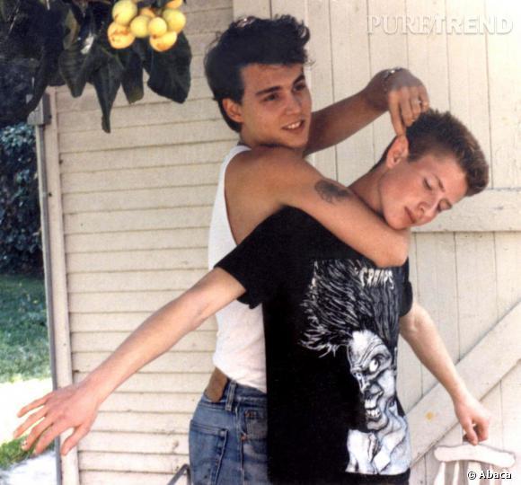 Ado, Johnny Depp opte pour une coupe courte coiffée décoiffée de bad boy.