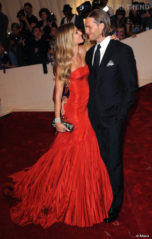 Heureusement, le couple a aussi de véritables apparitions hollywoodiennes. Gisèle est somptueuse dans sa robe bustier rouge !