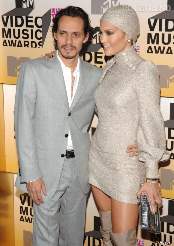 Jennifer Lopez et Marc Anthony, capables du pire comme du meilleur. Ici, l'accumulation robe courte + cuissardes + bonnet = au secours !