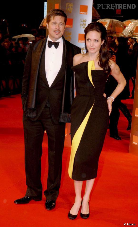 Angelina Jolie et Brad Pitt : LE couple glamour d'Hollywood. Mais quand Angelina enfile une robe graphique et que Brad ajoute une écharpe à son costume, on crie au flop !