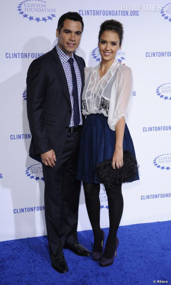 Jessica Alba nous donne encore une preuve de son sens de la mode. Plutôt que d'opter pour une robe de soirée, elle mêle un chemisier fluide à une jupe patineuse. Son mari est accordé, le top !