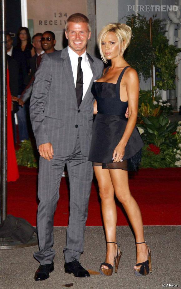 """Victoria Beckham est une habituée des flops mode, comme ici avec sa robe façon """"maid""""... On se souvient aussi du couple, tout en noir façon gothique, et Victoria en brassière..."""