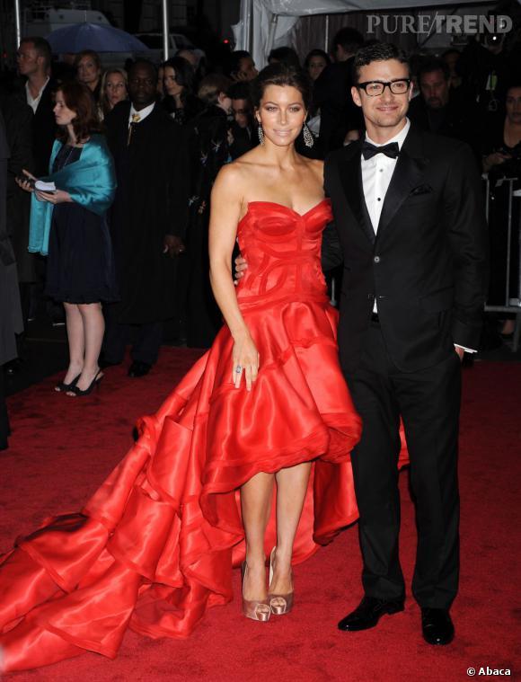 Heureusement le glamour est entré dans leur couple ! En rouge et noir, le couple rayonne...
