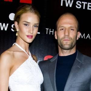 Rosie Huntington et Jason Statham font partie de ces couples discrets mais toujours tirés à quatre épingles. Mais là, Rosie semble avoir enfilé une robe de plage. Pas terrible...
