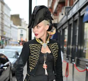La vente aux enchères de plus de 100 pièces de la garde-robe de Daphné Guinness a battu des records rapportant près de 595.523€ à la fondation Isabella Blow.