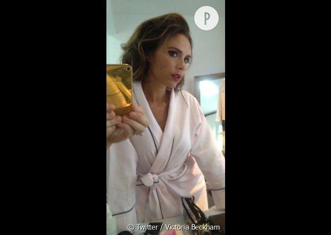 Victoria beckham aussi se prend en photo dans le miroir de for De quoi est fait un miroir