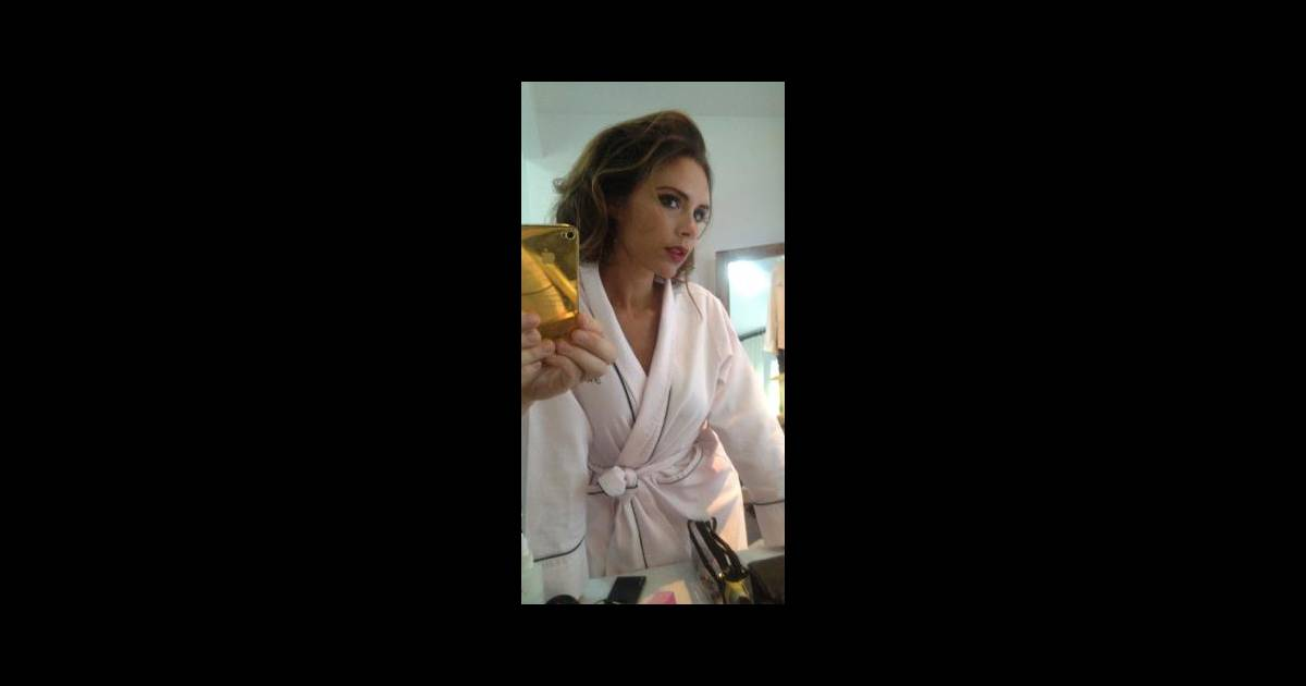 Victoria beckham aussi se prend en photo dans le miroir de for Se regarder dans le miroir