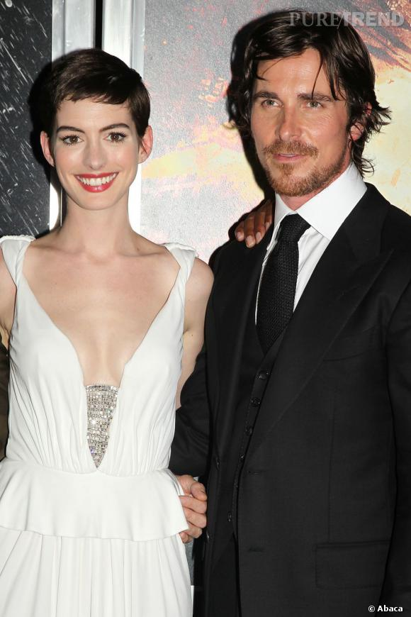 Anne Hathaway prend la pose avec Batman incarné par Christian Bale.