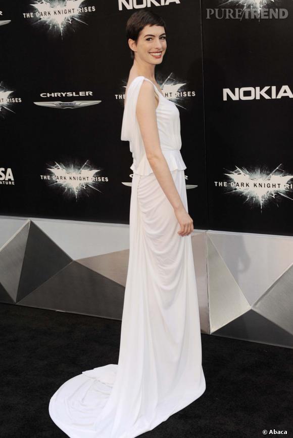 La pièce dessine à l'actrice une silhouette interminable.