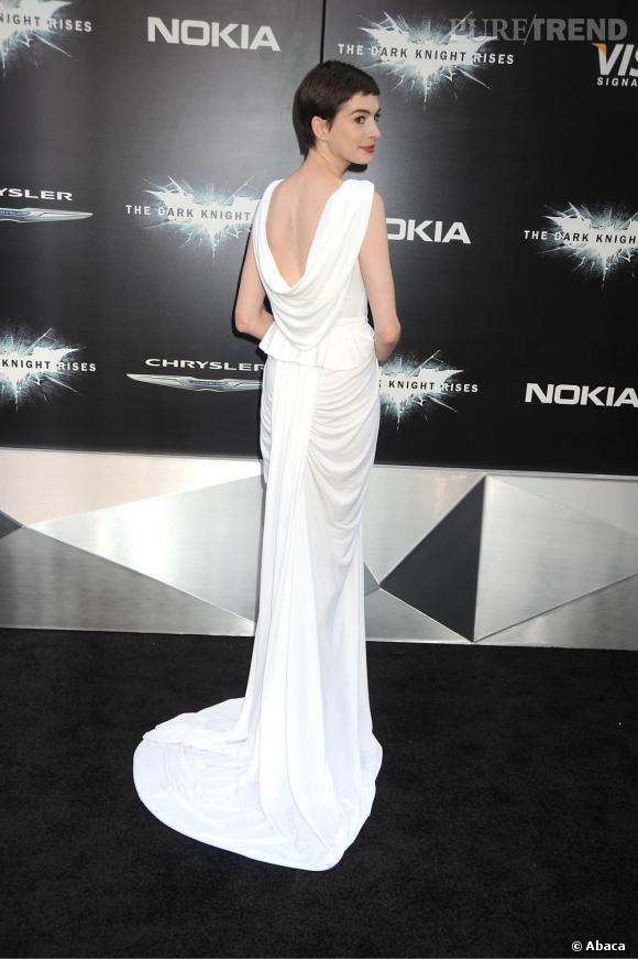 Anne Hathaway parvient à dédramatiser sa coupe garçonne à la perfection avec cette robe tout en détails et en séduction.