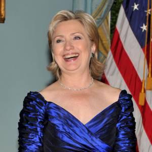 Associant son goût du bleu et des robes de soirée chic, Hillary Clinton rayonne en tant que Secrétaire d'Etat