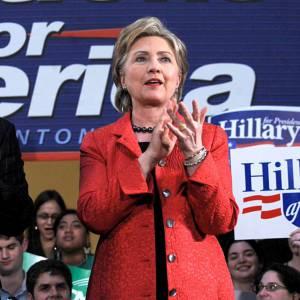 Hillary Clinton redonne un peu de pep's à sa campagne avec un manteau rouge vif