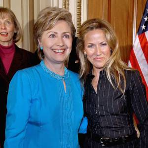Très friande du bleu (la couleur des Démocrates), Hillary Clinton porte des tailleurs allant du turquoise au bleu marine