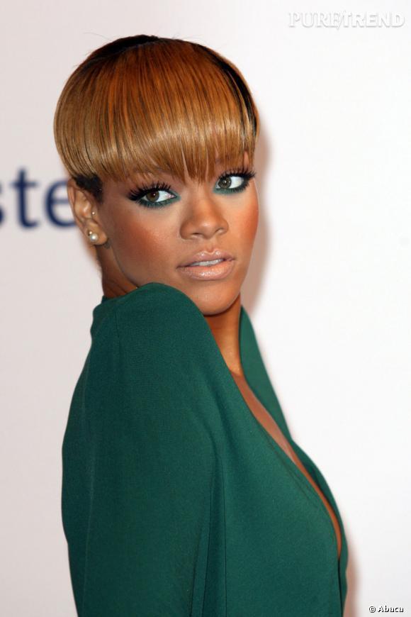 Côté star :  Rihanna souligne son regard noisette de vert et estompe le smokey eye.