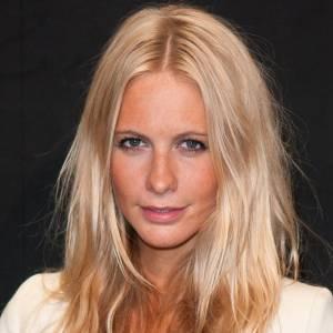 Make-up nude et crinière blonde comme les blés, Poppy Delevingne a de quoi rendre jalouse.