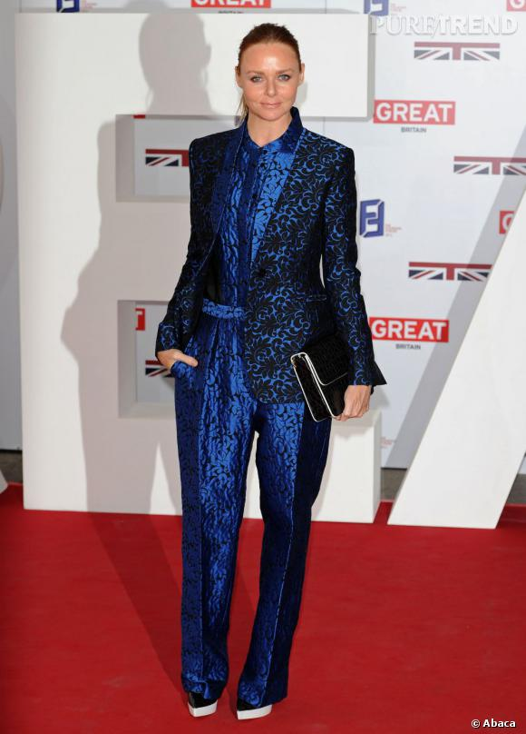 La créatrice britannique Stella McCartney est rayonnante dans un costume trois pièces de sa collection.