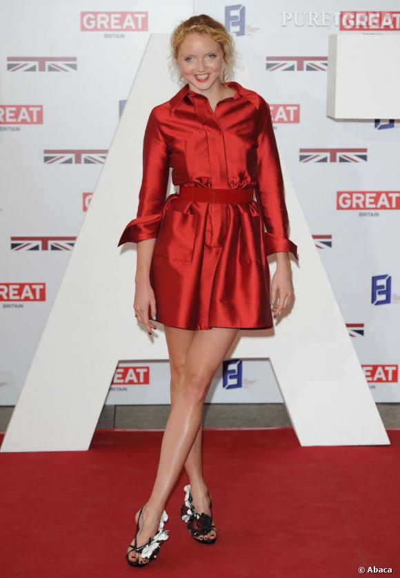 La top Lily Cole opte pour une version monochrome rouge satiné.