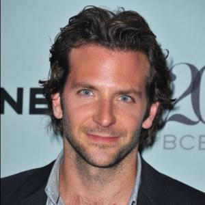 Le beau gosse Bradley Cooper a toujours arboré une coupe de cheveux aérienne similaire à celle de l'acteur britannique Hugh Grant.