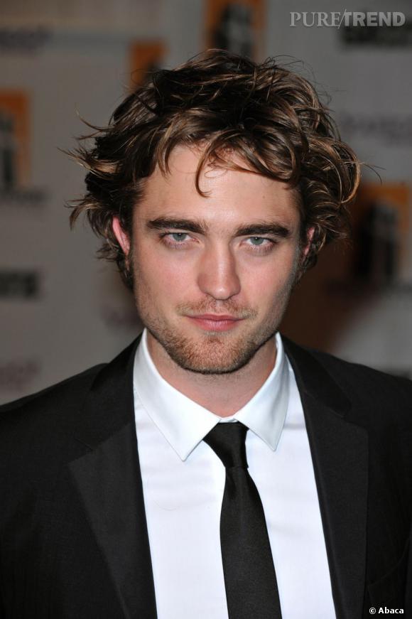 Pour jouer le beau vampire, Robert Pattinson avait les cheveux mi-longs en bataille.