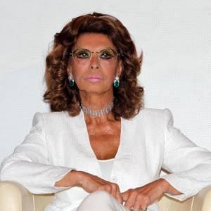 A 77 ans, Sophia Loren continue de courir les événements mondains. En tailleur blanc, c'est chic !