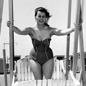 L'actrice italienne pose à la plage, toutes courbes dehors !