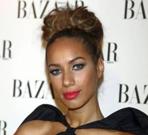 Leona Lewis craque pour le rouge en bâton mélant hydratation, longue tenue et brillance. Elle choisit le tout neon pour donner un côté encore plus estival à son allure.