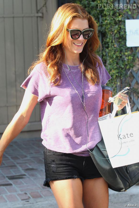 Pour un beauty look plus naturel, Kate Walsh choisit de laisser sa crinière de feu lachée.