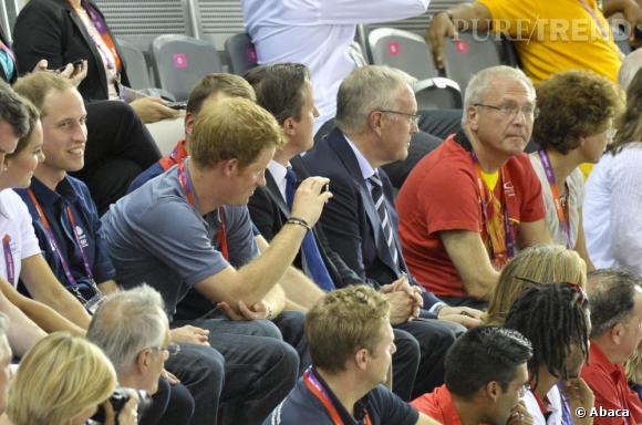 Le Prince Harry, pas très concentré, joue les paparazzis.