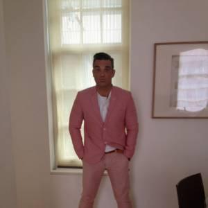 Robbie Williams ose le costume trois pièces rose.