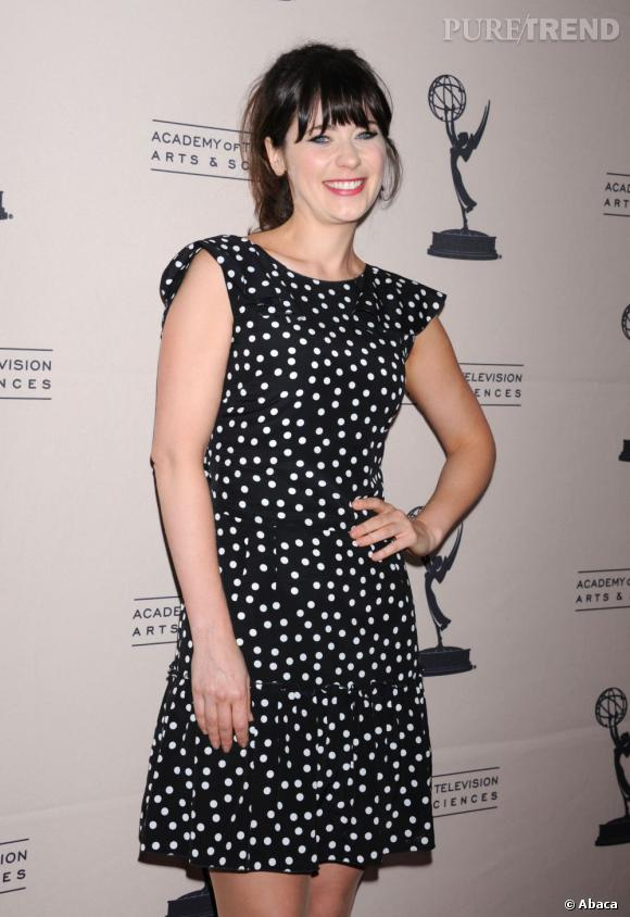 Zooey Deschanel enfile une robe (trop) simple noir à pois blanc
