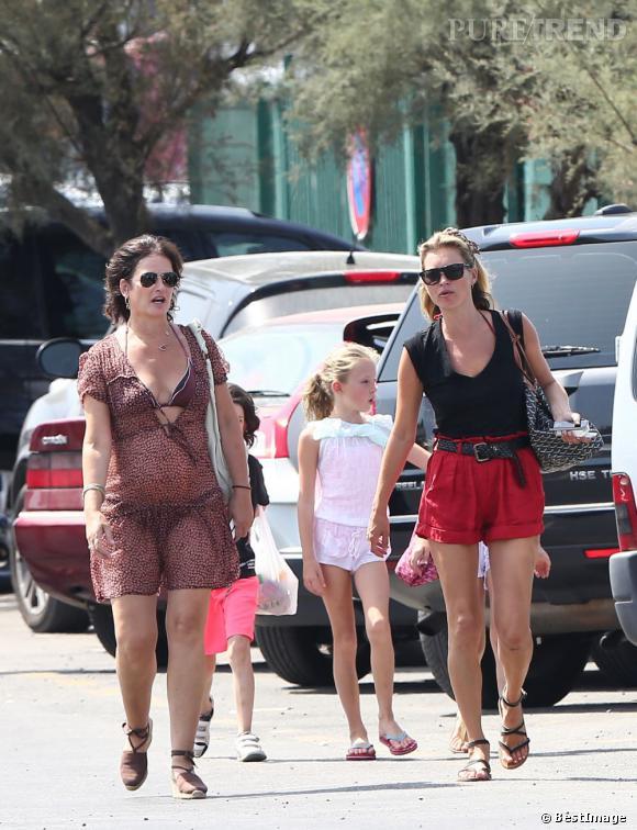 Kate Moss, un look bien calibré à Saint-Tropez.