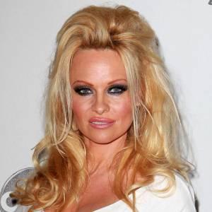 Pamela Anderson revendique son statut de bimbo avec un make-up pas léger léger. Au programme, fond de teint, gloss et smoky très (trop) intense. Pas vraiment distingué.