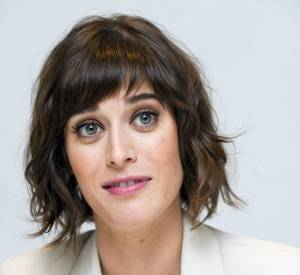 Maquillage frais et léger, chevelure ébouriffée et veste immaculée : l'actrice est rayonnante !