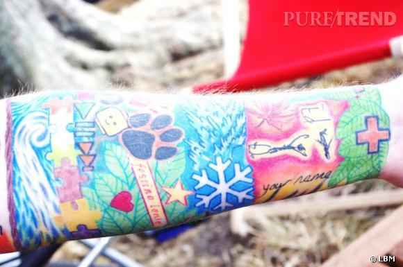 """Les tatouages d'Ed, c'est tout une histoire. Il se fait tatouer le plus représentant son album lorsque celui-ci est numéro un des charts anglais. Les pièces de puzzle représente ses amis, le lego, l'étoile de neige et """"your name"""" sont des clins d'oeil à ses chansons. Il porte également son logo, l'empreinte de patte dont il n'a toujours pas révélé la signification."""