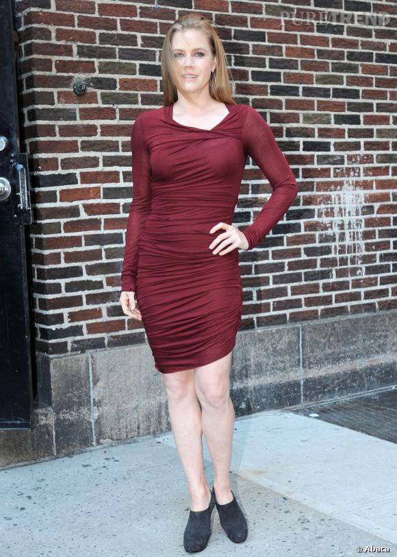 Amy Adams se confond presque avec le mur en briques. La robe bordeaux, c'était à éviter !