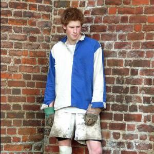 Le pire du Prince Harry : Chaussettes de couleurs différentes, tenue crado, tout débrayé... Le Prince Harry adopte l'allure bad boy.