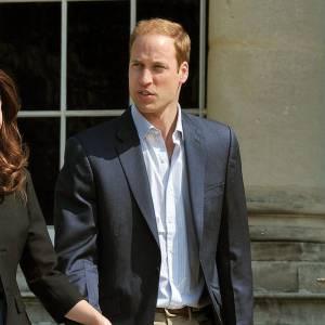 Le meilleur du Prince William : Habillé d'un simple pantalon beige, chemise bleu entrouverte et veste marine, il a tout du Prince moderne, sobre, charmant, élégant. Parfait.