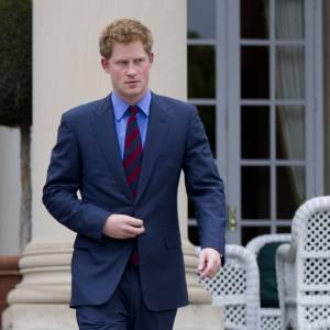 Le meilleur du Prince Harry : Costume trois pièces marine, idéal pour sublimer son roux. Cravate rayée, sobre et élégant, on adore.