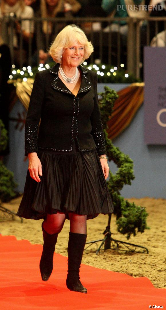 Le meilleur de la Duchesse Camilla :  un total look noir, des bottes et une jupe plissée, on aime l'audace de cette apparition.