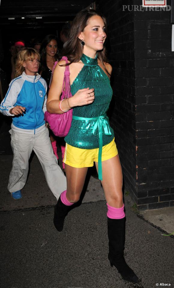 Le pire de Kate Middleton : pour une soirée disco ou juste pour la blague, on est pas fan du look. Le pire : les chaussures à bouts pointus et les collants brillants.